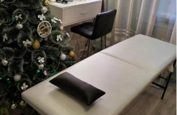 Белая кушетка черная подушка